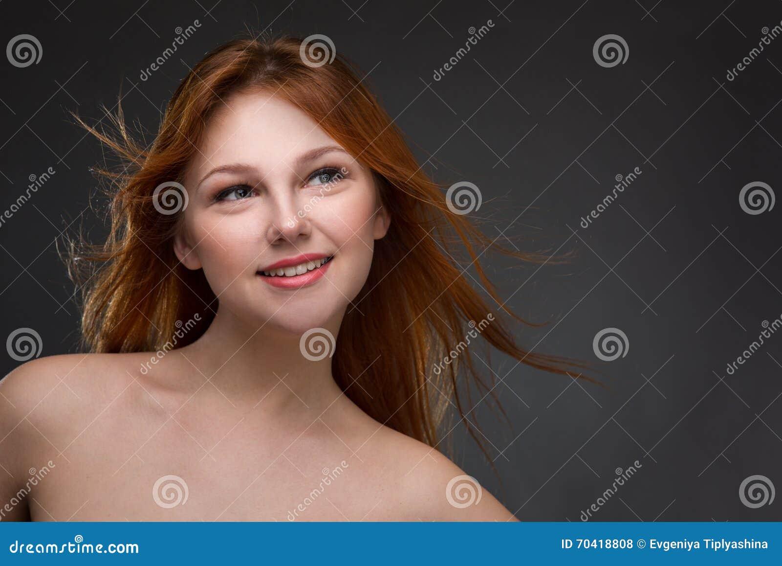 Härligt haired rött kvinnabarn