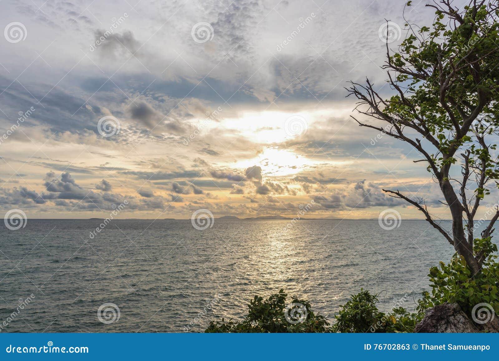 Härligt hav och guld- himmelsolnedgång