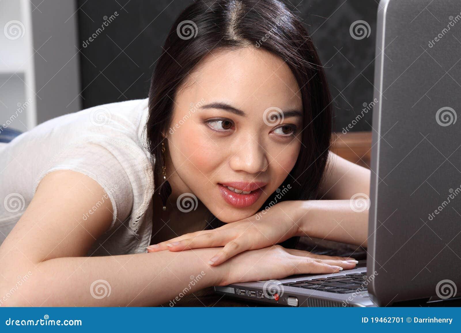 Härligt kinesiskt surfa för flickautgångspunktinternet