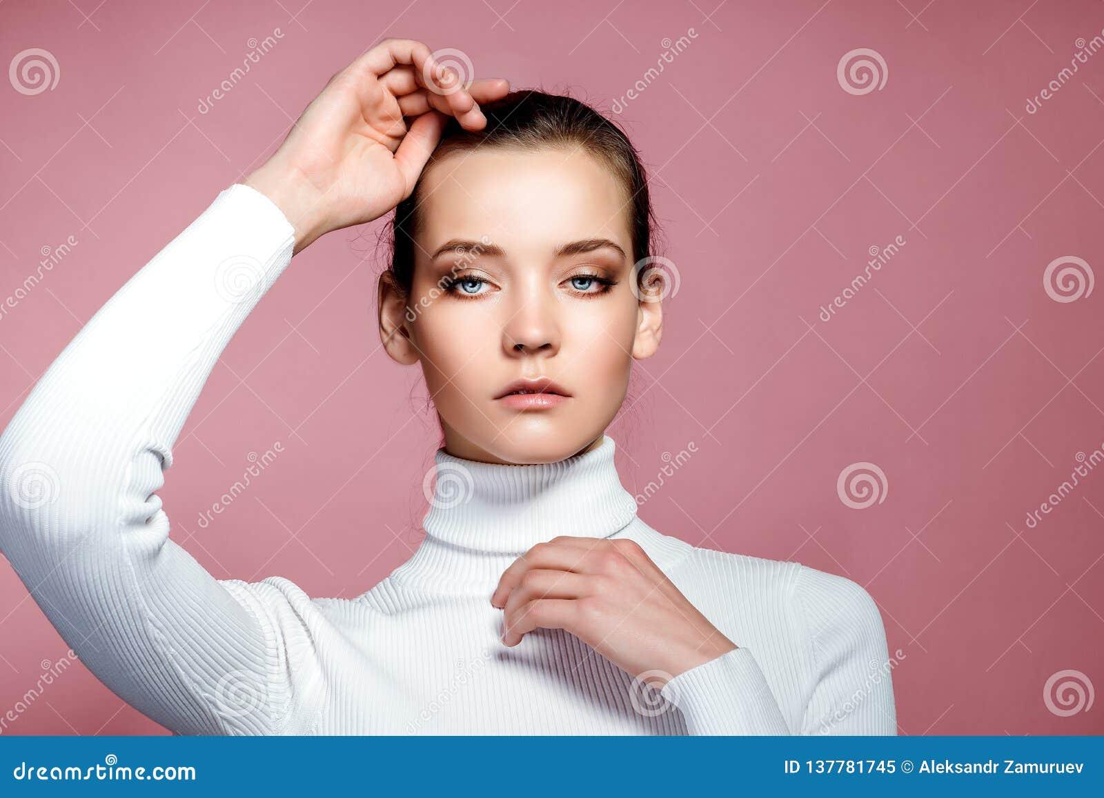 Härligt kvinnaframsidaslut upp studio på rosa färger