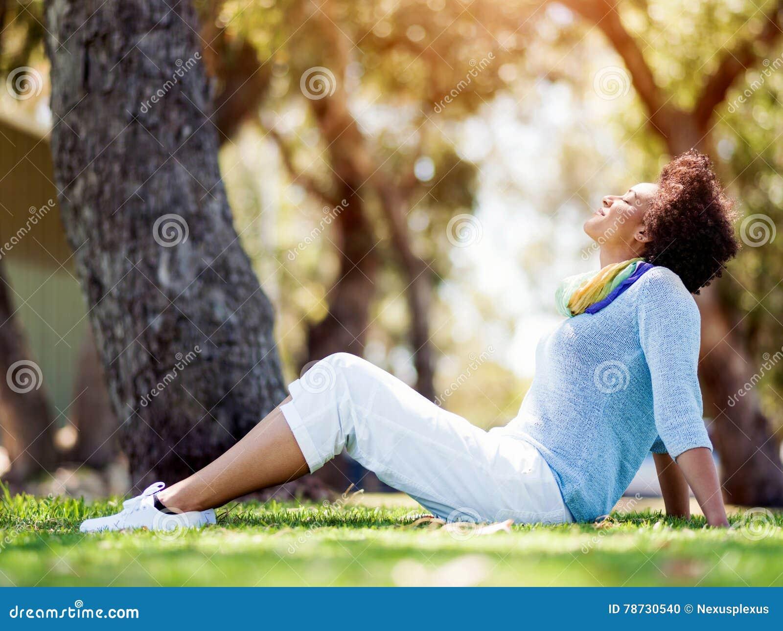 Härligt kvinnasammanträde i sommar parkerar
