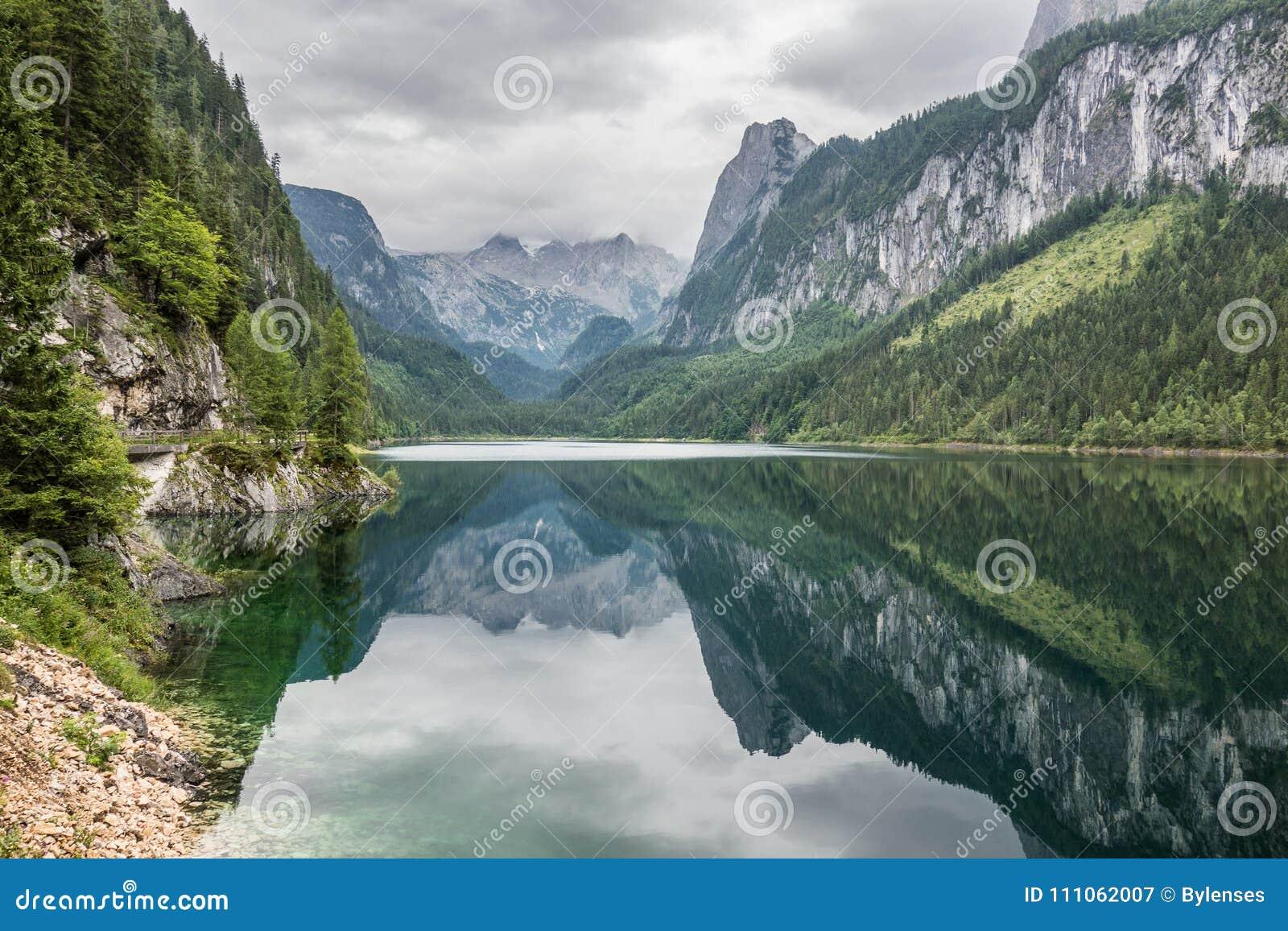 Härligt landskap av den alpina sjön med kristallklart grönt vatten och berg i bakgrund, Gosausee, Österrike placera romantiker