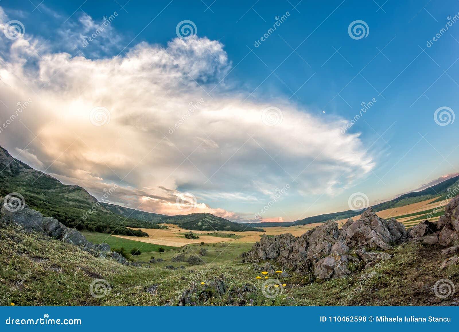 Härligt landskap av en dramatisk himmel ovanför steniga berg