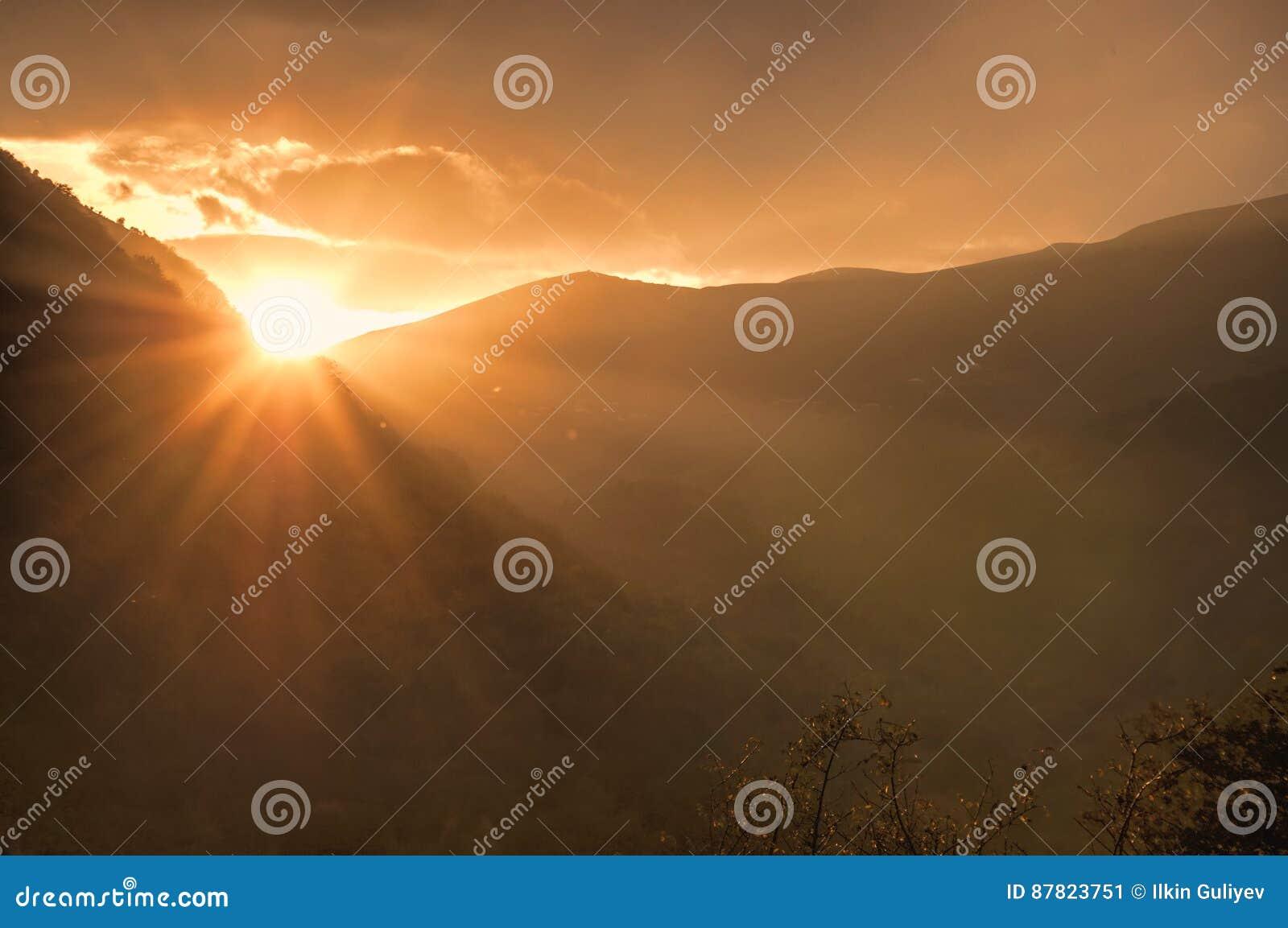 Härligt landskap i bergen med solen på gryning Berg på solnedgångtiden Azerbajdzjan Talish berg Yardimli