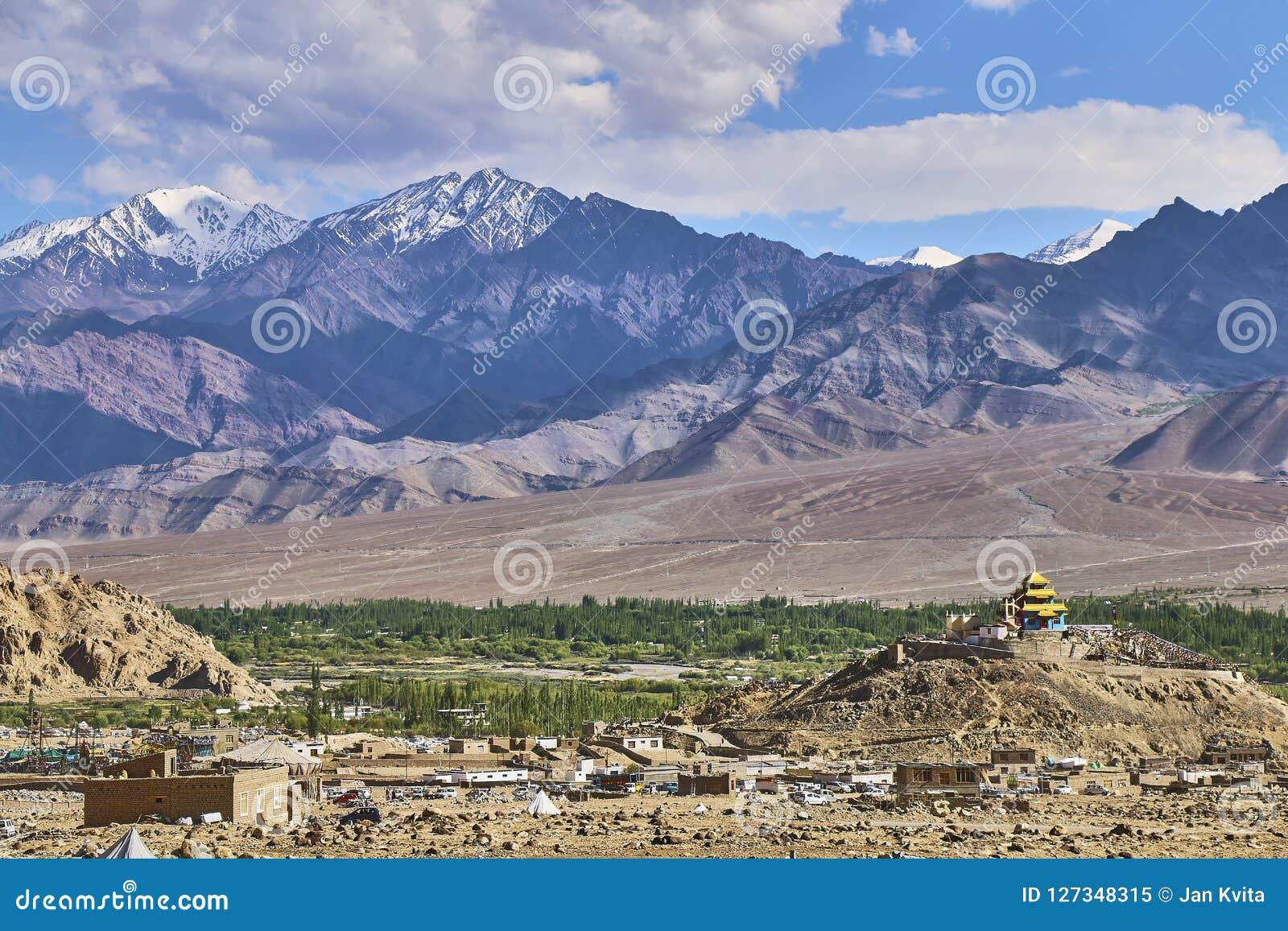 Härligt landskap med korkade Himalaya för snö berg nära Leh i Ladakh, Indien
