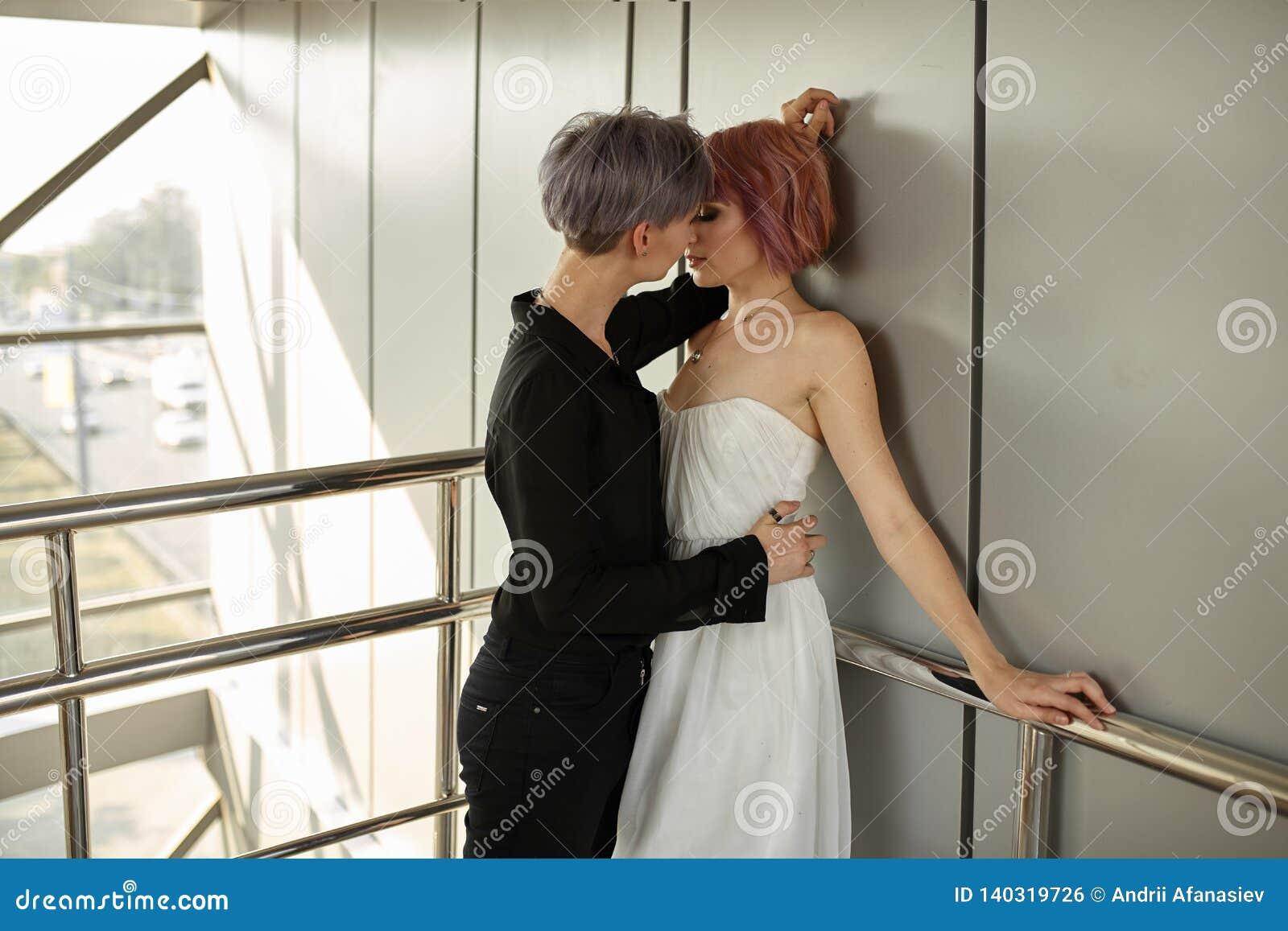 Härligt lesbiskt krama för par Förälskelse och passion mellan de två flickorna