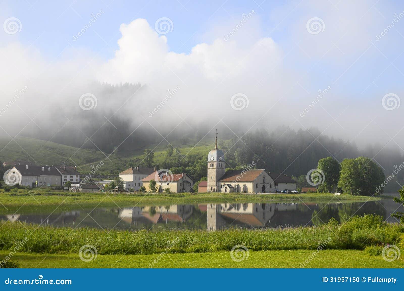 Harligt Naturligt Landskap Av Abbey Lake I Jura Frankrike Arkivfoto Bild Av 31957150