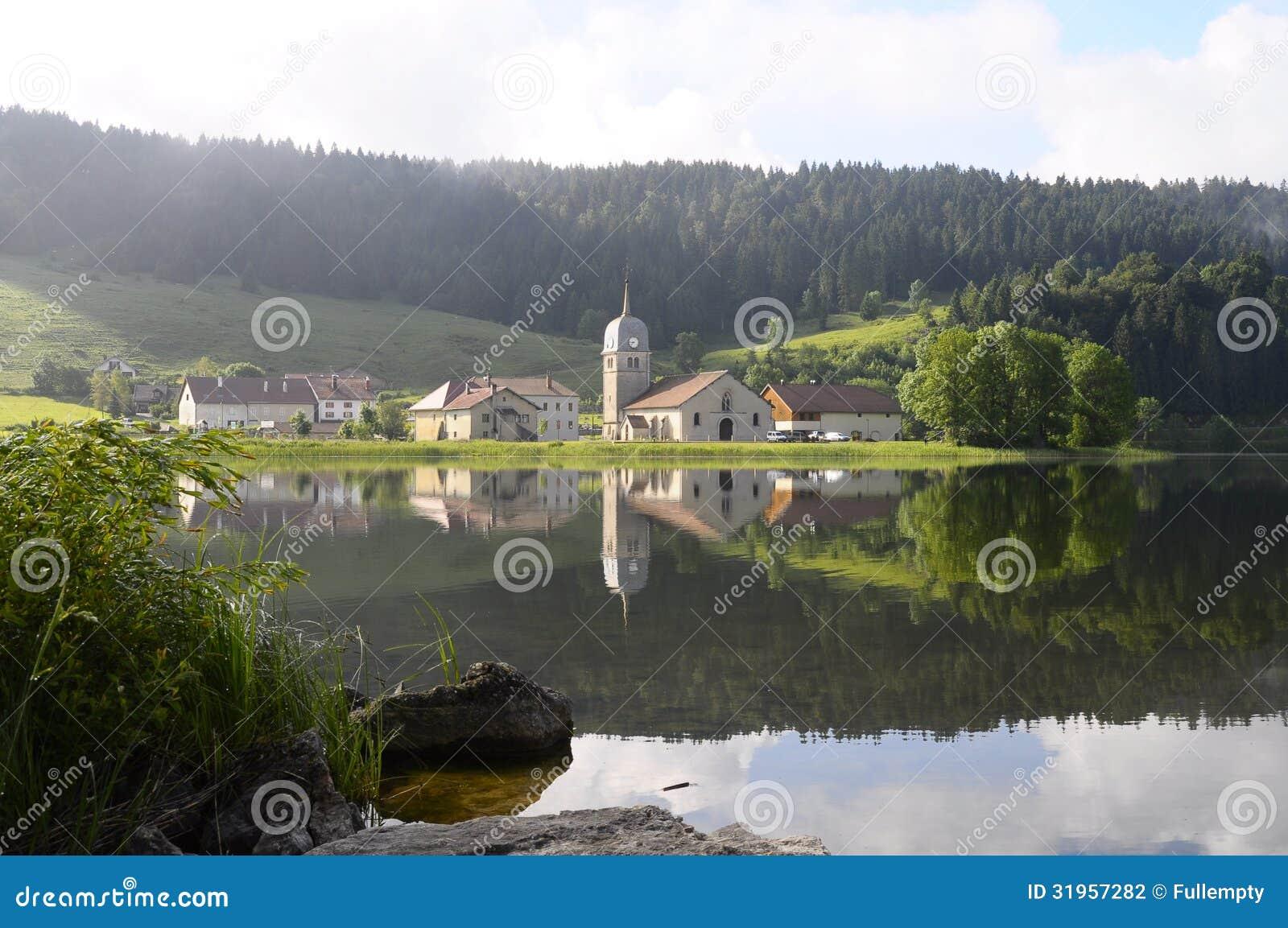 Harligt Naturligt Landskap Av Abbey Lake I Jura Frankrike Arkivfoto Bild Av Abbey Lake 31957282
