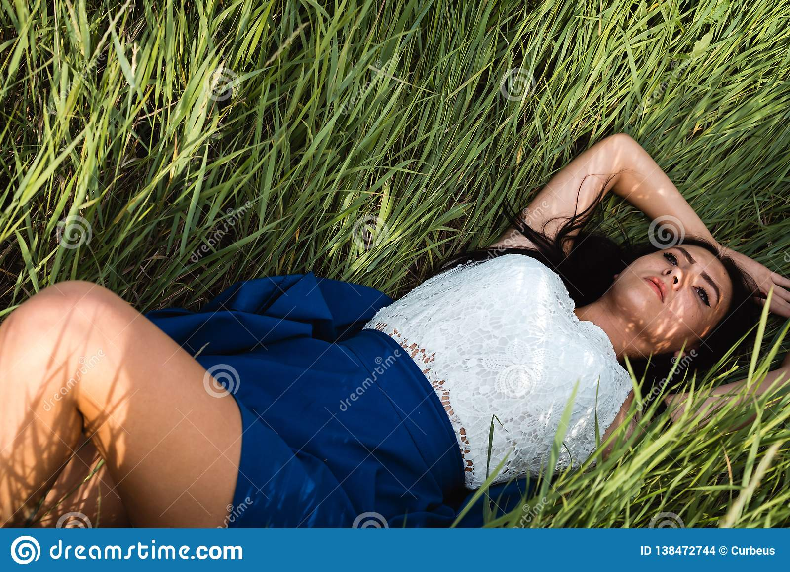 Härligt ner ligga för flickagräs
