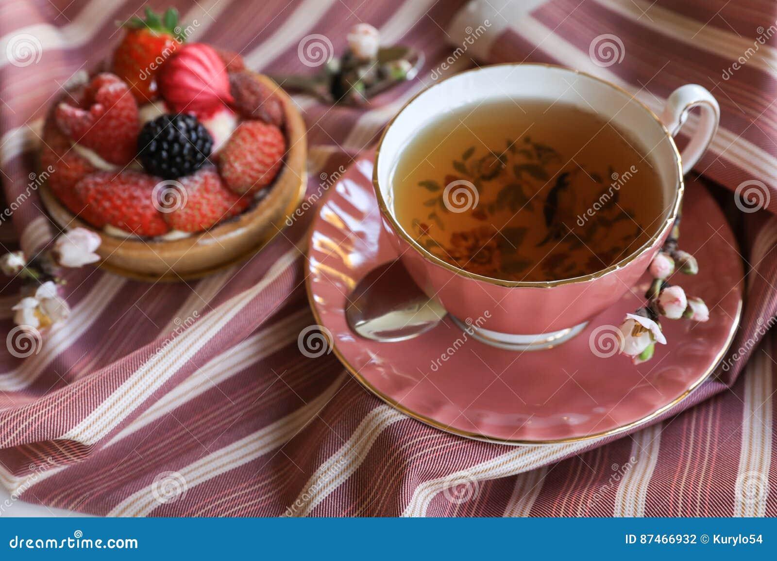 Härligt och läckert frukostbegrepp för te och för kaka