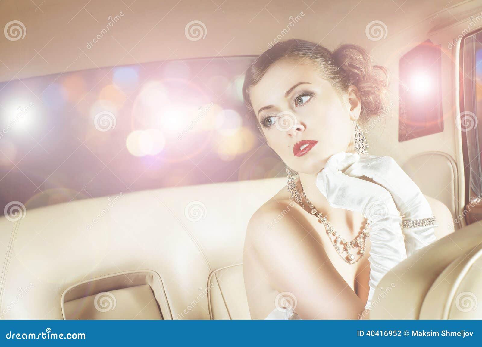 Härligt och rikt världsstjärnaflickasammanträde i en retro bil