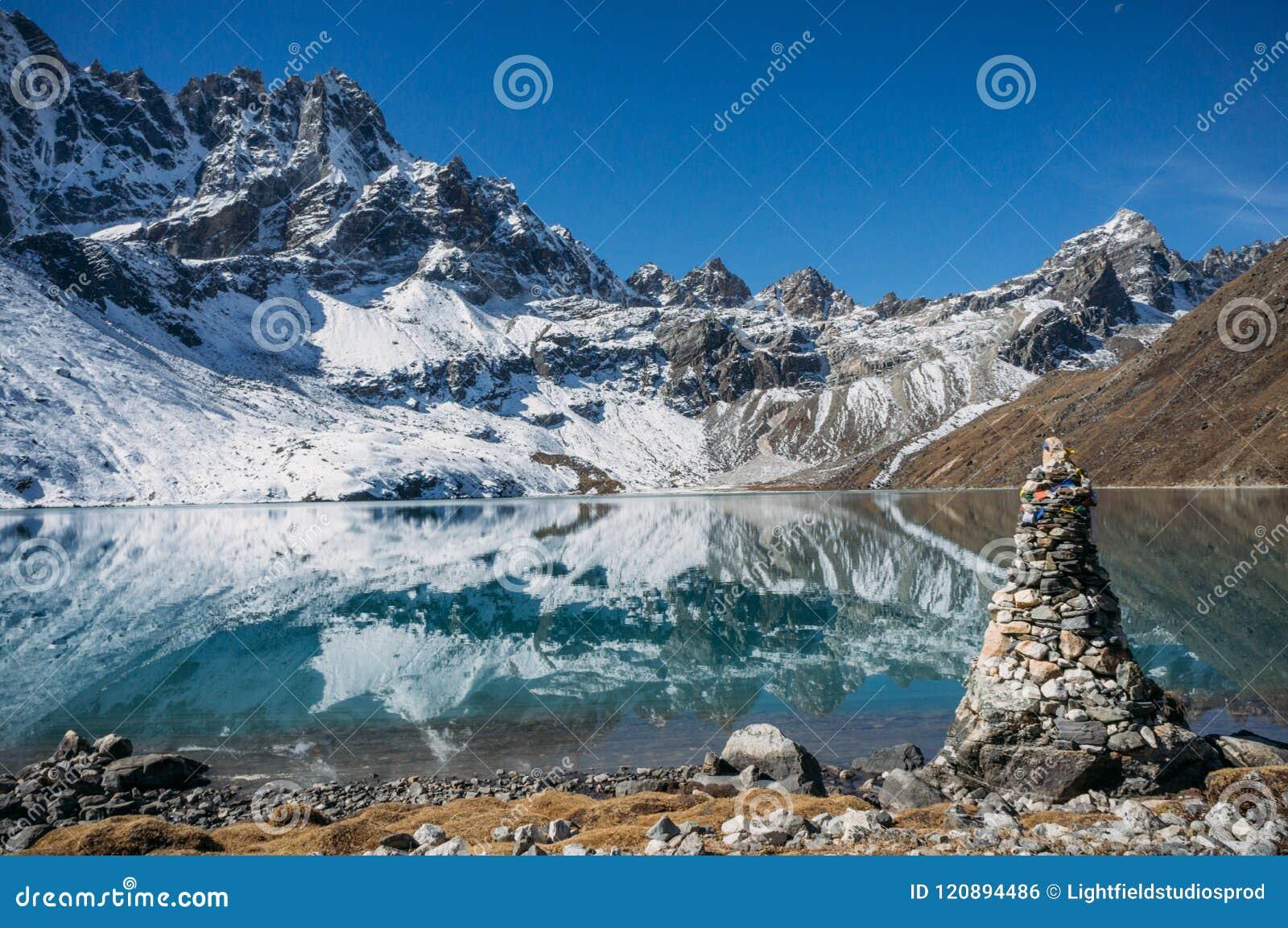 Härligt sceniskt landskap med snöig berg och sjön, Nepal, Sagarmatha,