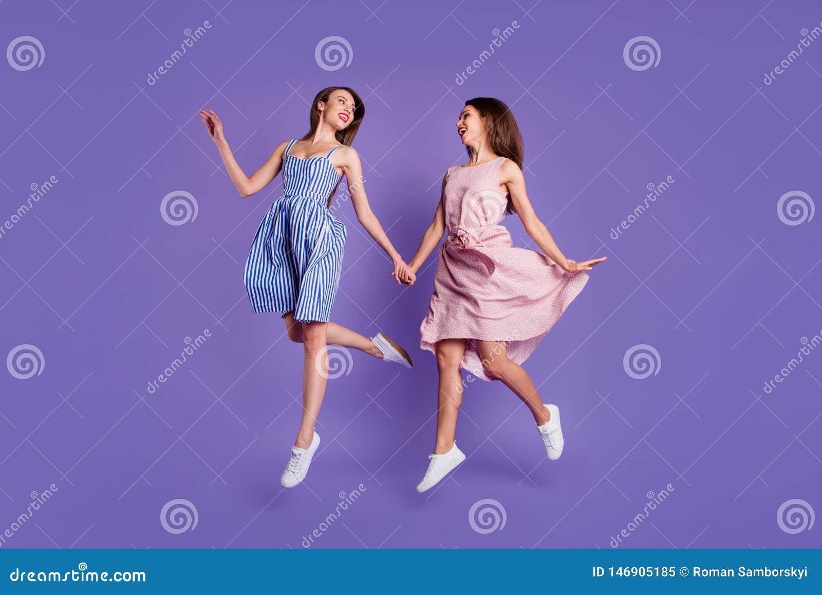 Härligt skraj för fulla för längdkroppformat personer för foto två hoppar hon hennes modeller som damer rymmer händer, hög bästa