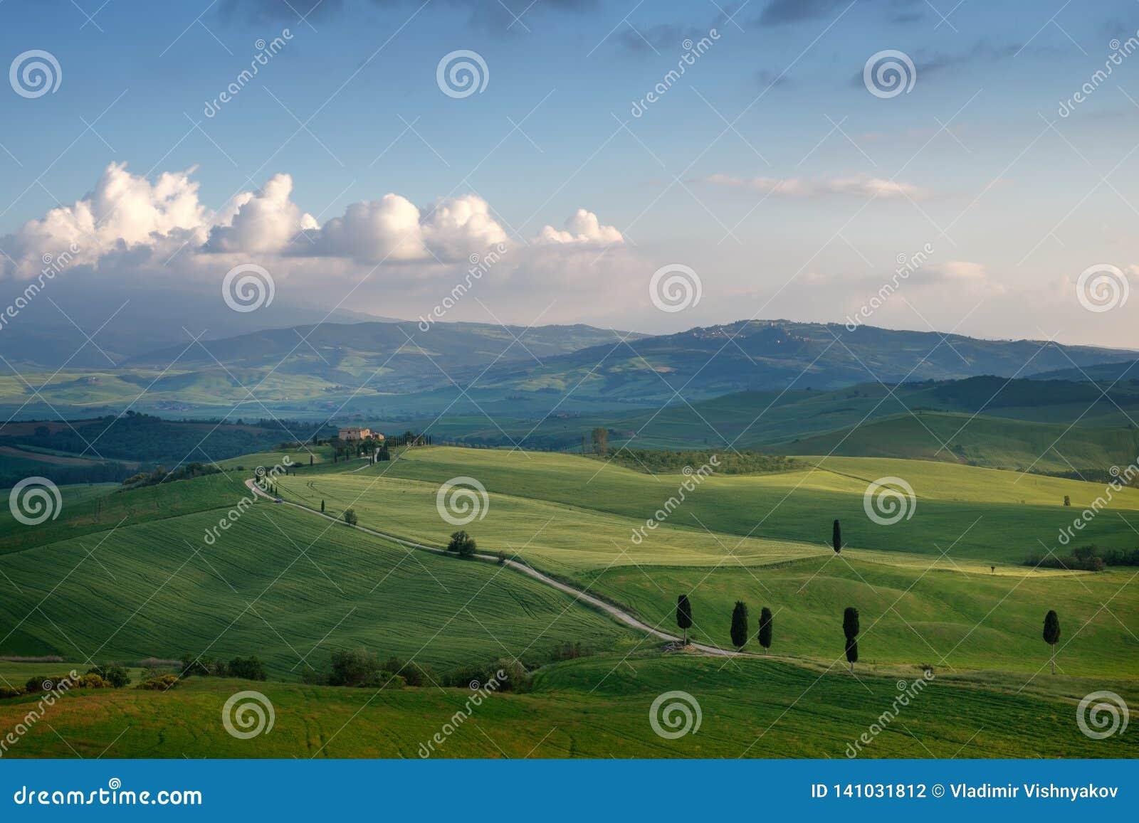 Härligt soligt morgonlandskap i Tuscany, Italien