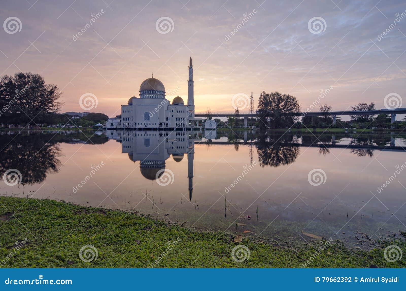 Härligt soluppgånglandskap av som-Salam moskén som lokaliseras i Selangor, Malaysia med reflecton på sjön