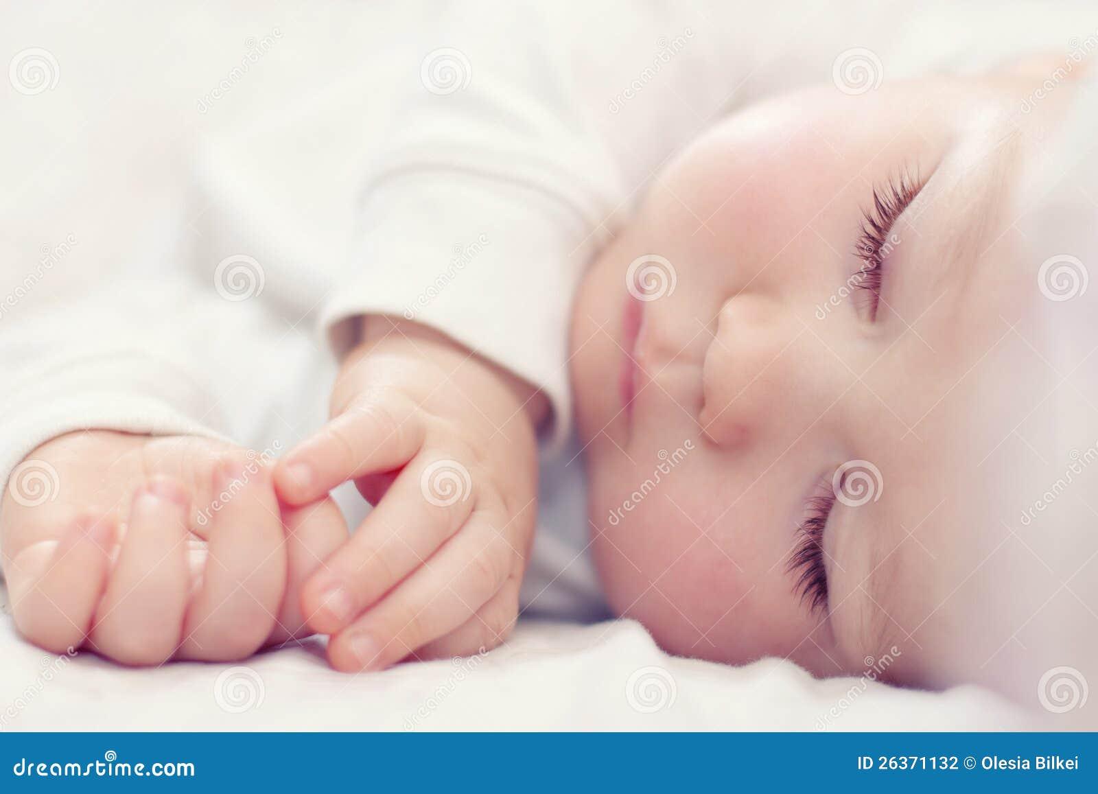 Härligt sova som är nyfött, behandla som ett barn på white