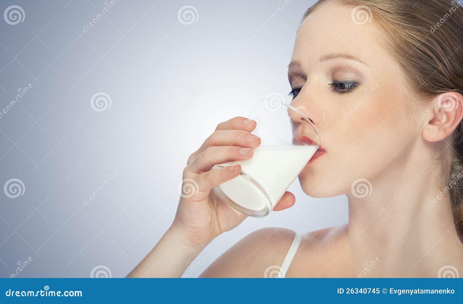 Härligt sunt dricka för flicka mjölkar