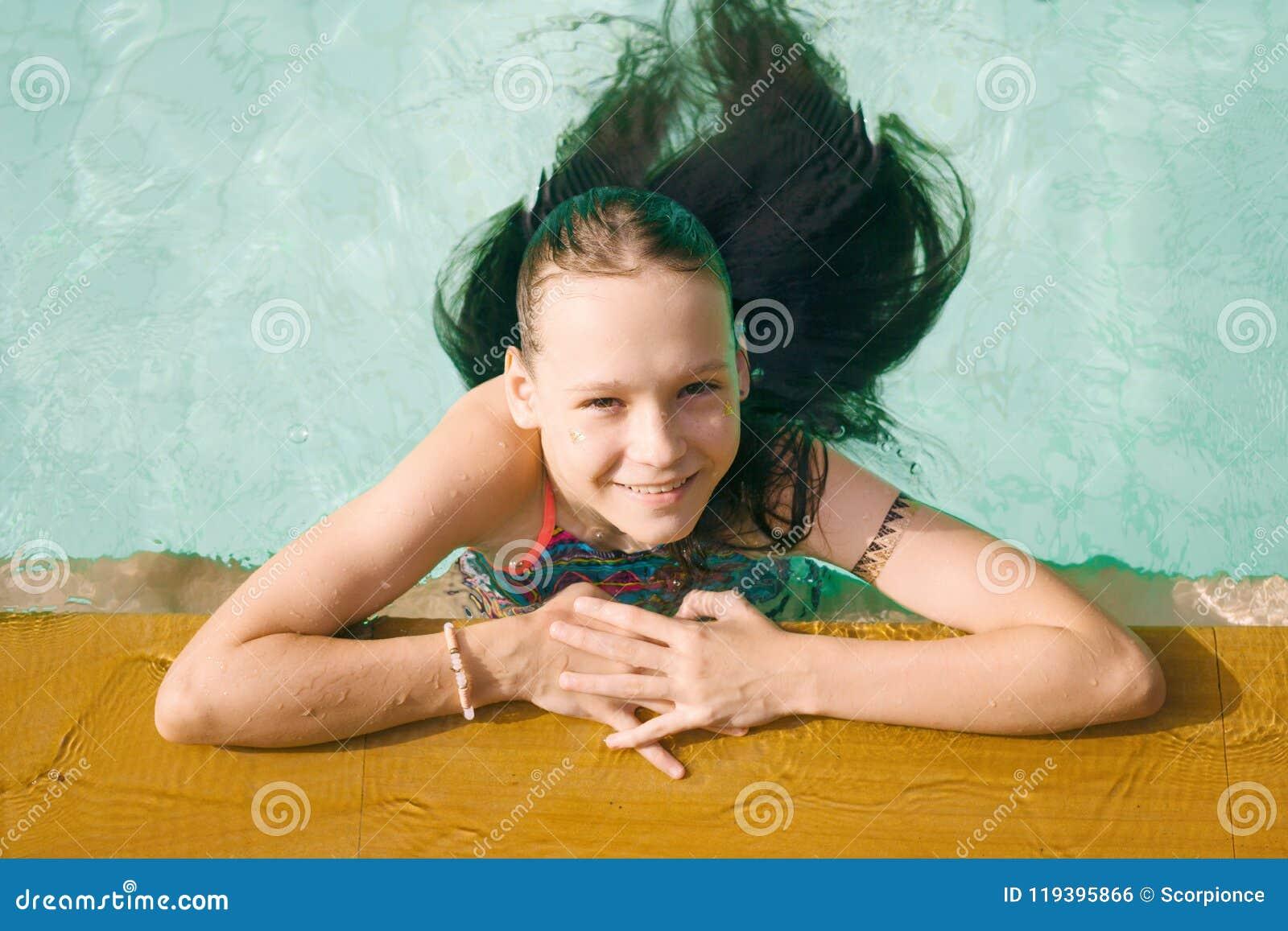 Härligt tonårigt tråkar ut kopplar av i simbassäng i Thailand Se upp in camera Top beskådar Skönhet semester, sund livsstil