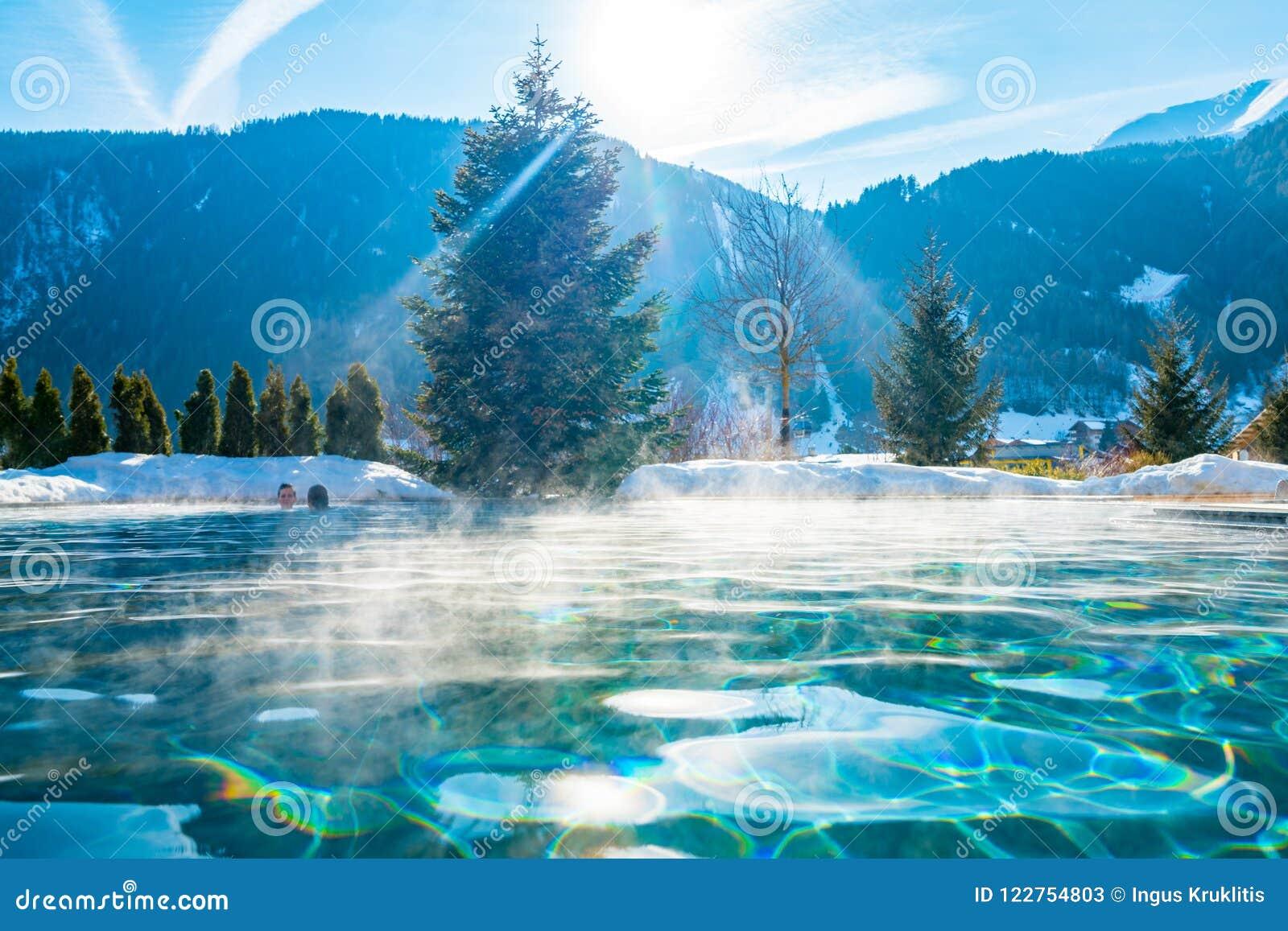 Härligt utomhus- värme pölen vid bergen i österrikiska fjällängar