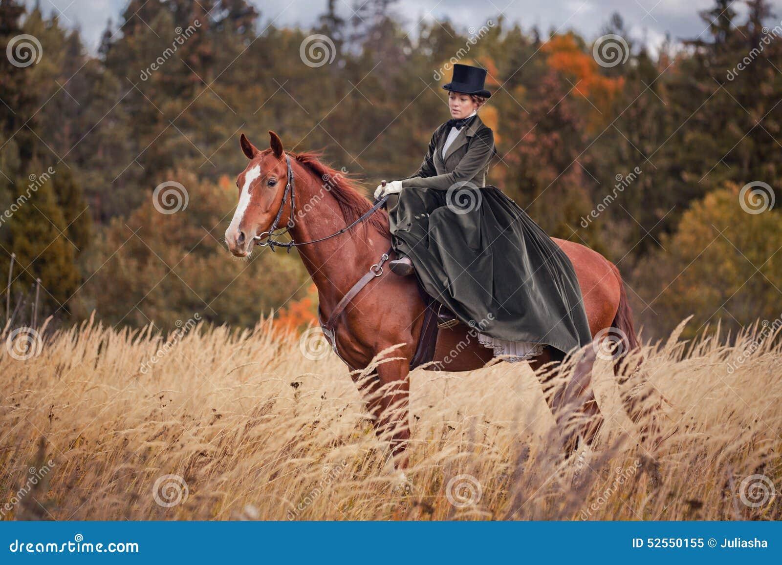 Häst-jakt med ryttare i ridningvana