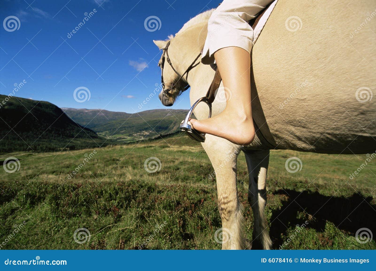 Häst som rider lantligt inställningskvinnabarn