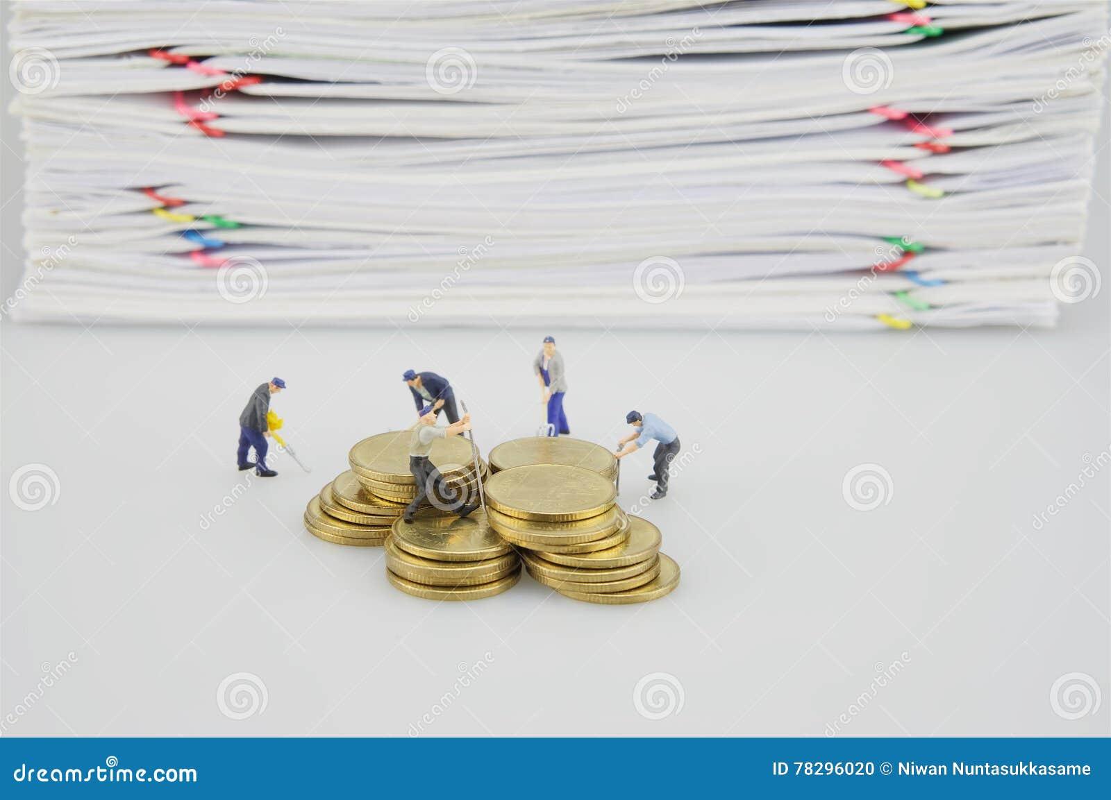 Häufen Sie Dokument und Goldmünzen mit Miniaturleuten an