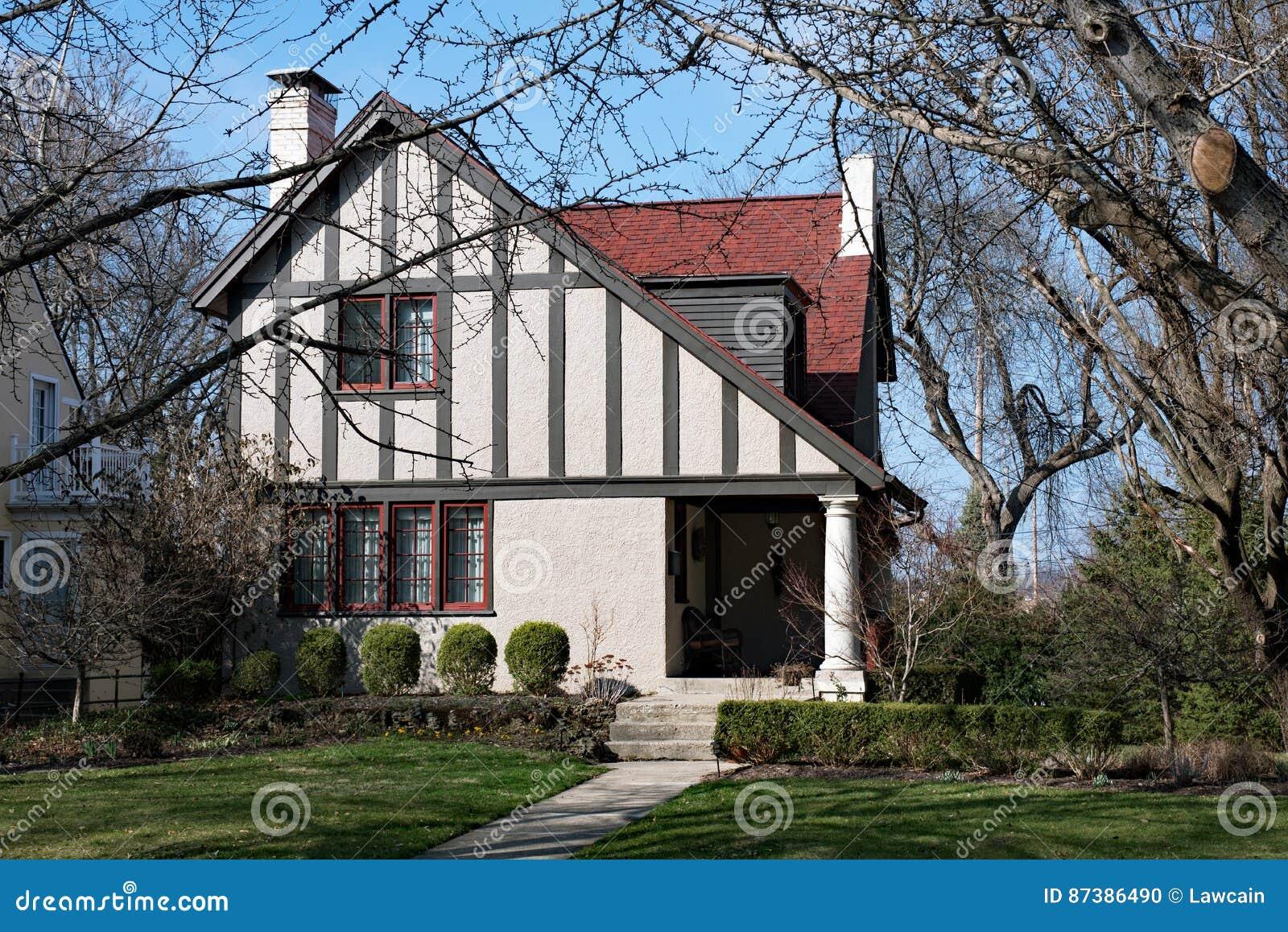 Hauschen Mit Schrag Gelegenem Dach Stockfoto Bild Von Frontseite