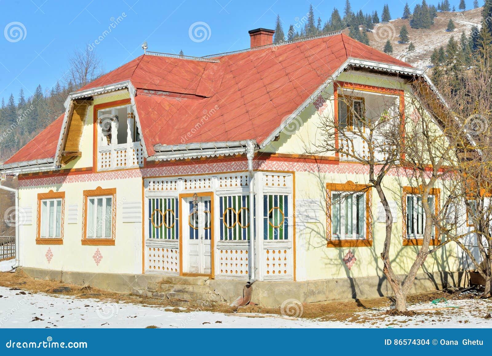 Häuser gemalt wie Ostereier, im Dorf Ciocanesti, Grafschaft Suceava, Rumänien