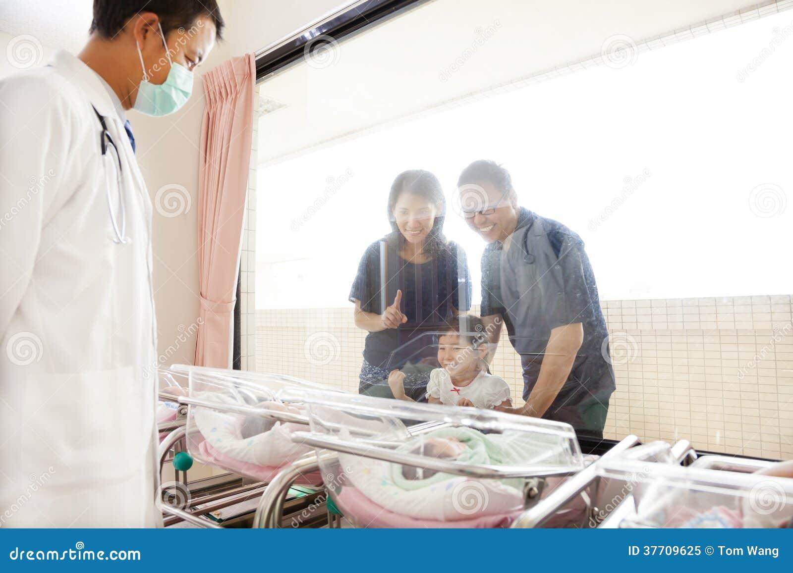Hålla ögonen på för familj som är nyfött i barnafödandemitt och doktor