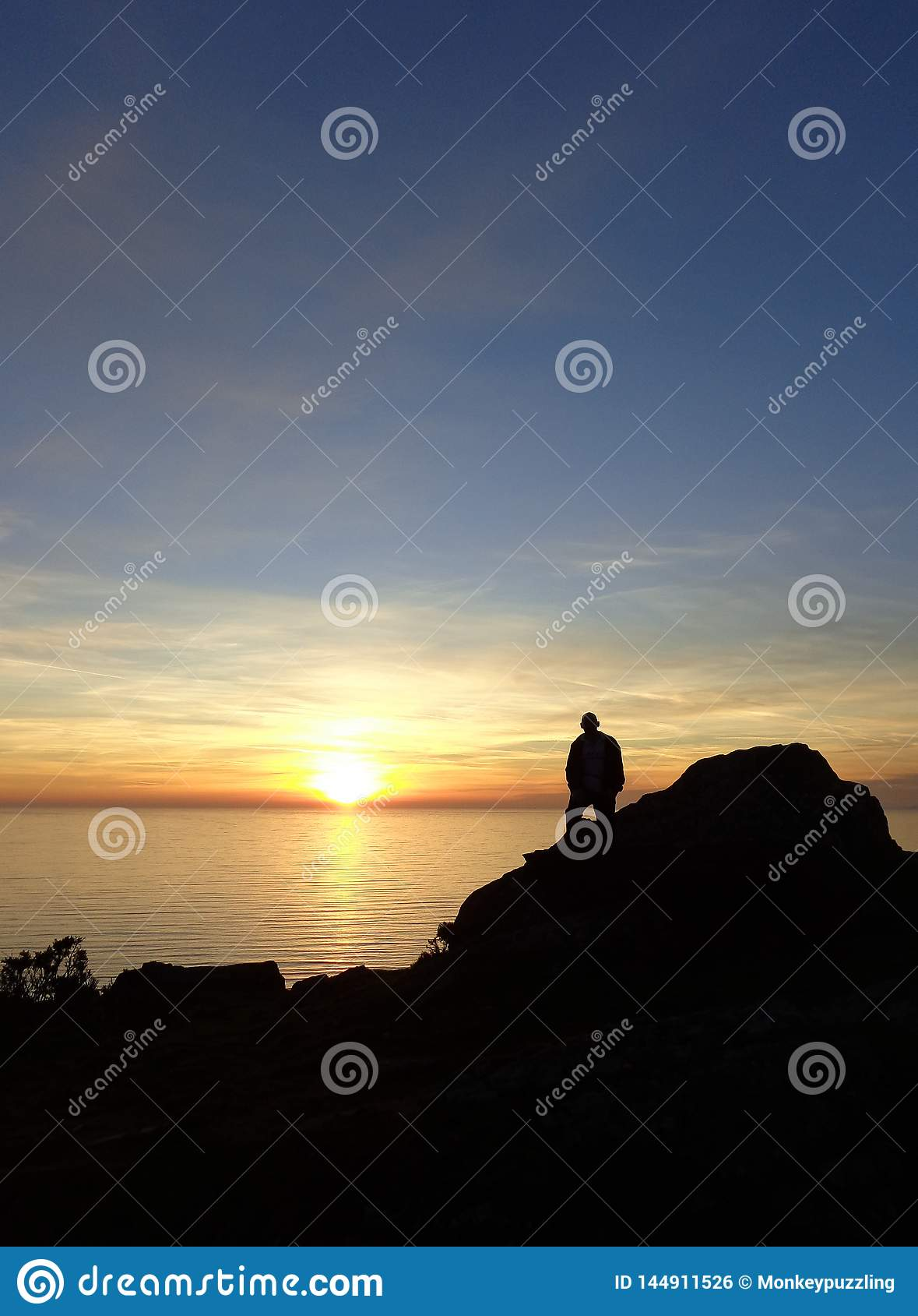 H?lla ?gonen p? solen att g? ner bak havet