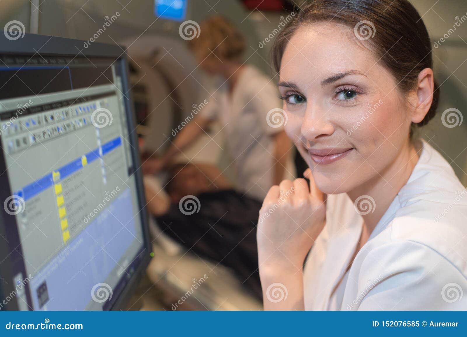 Hållande ögonen på bildläsningsresultat för kvinnlig doktor på datoren