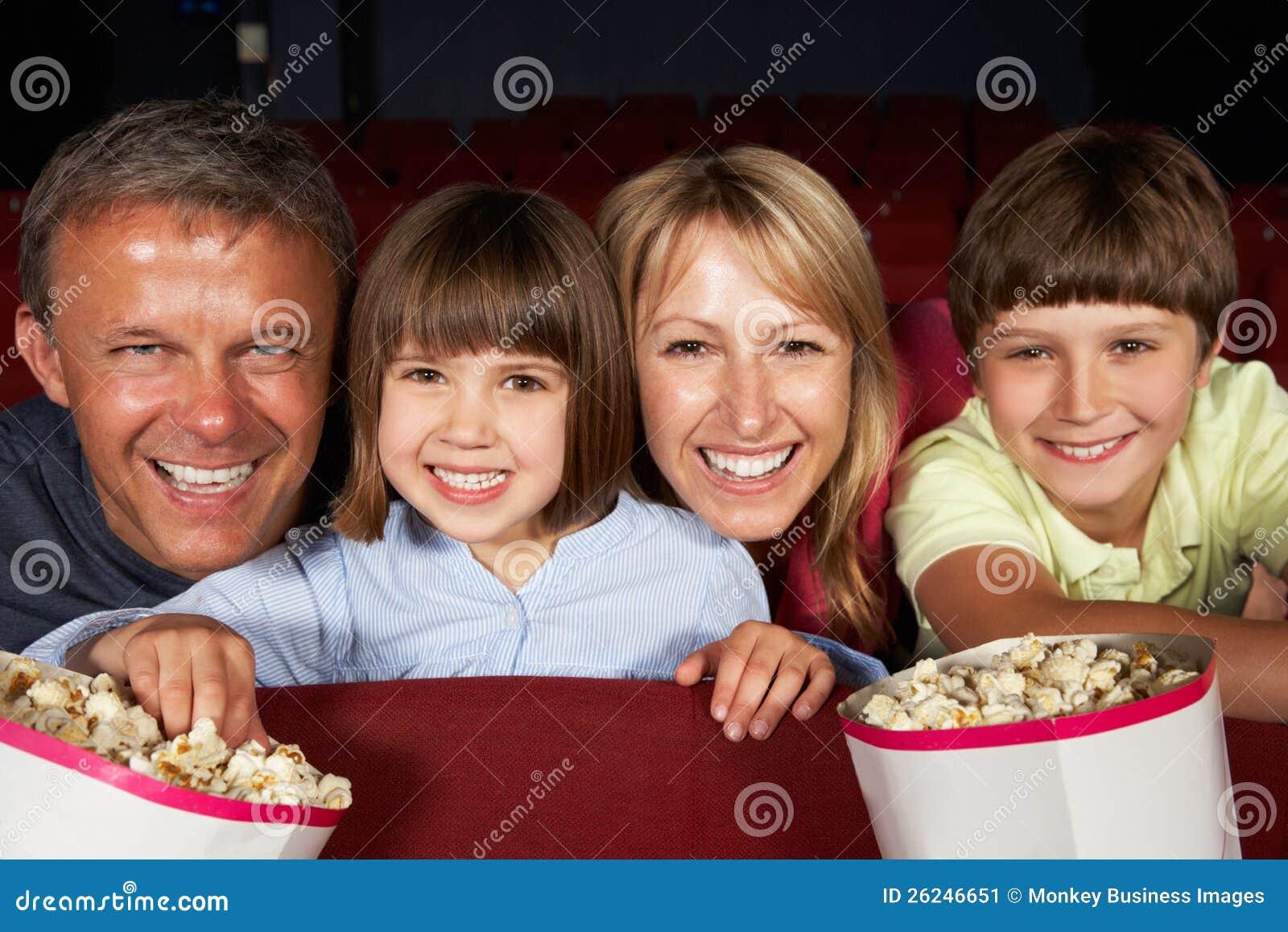 Hållande ögonen på film för familj i bio