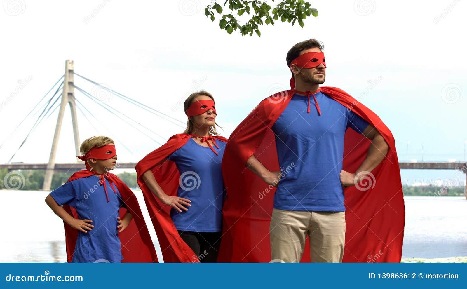 Hållande ögonen på säkerhet för modig superherofamilj av staden, kraftigt lag som går till segern