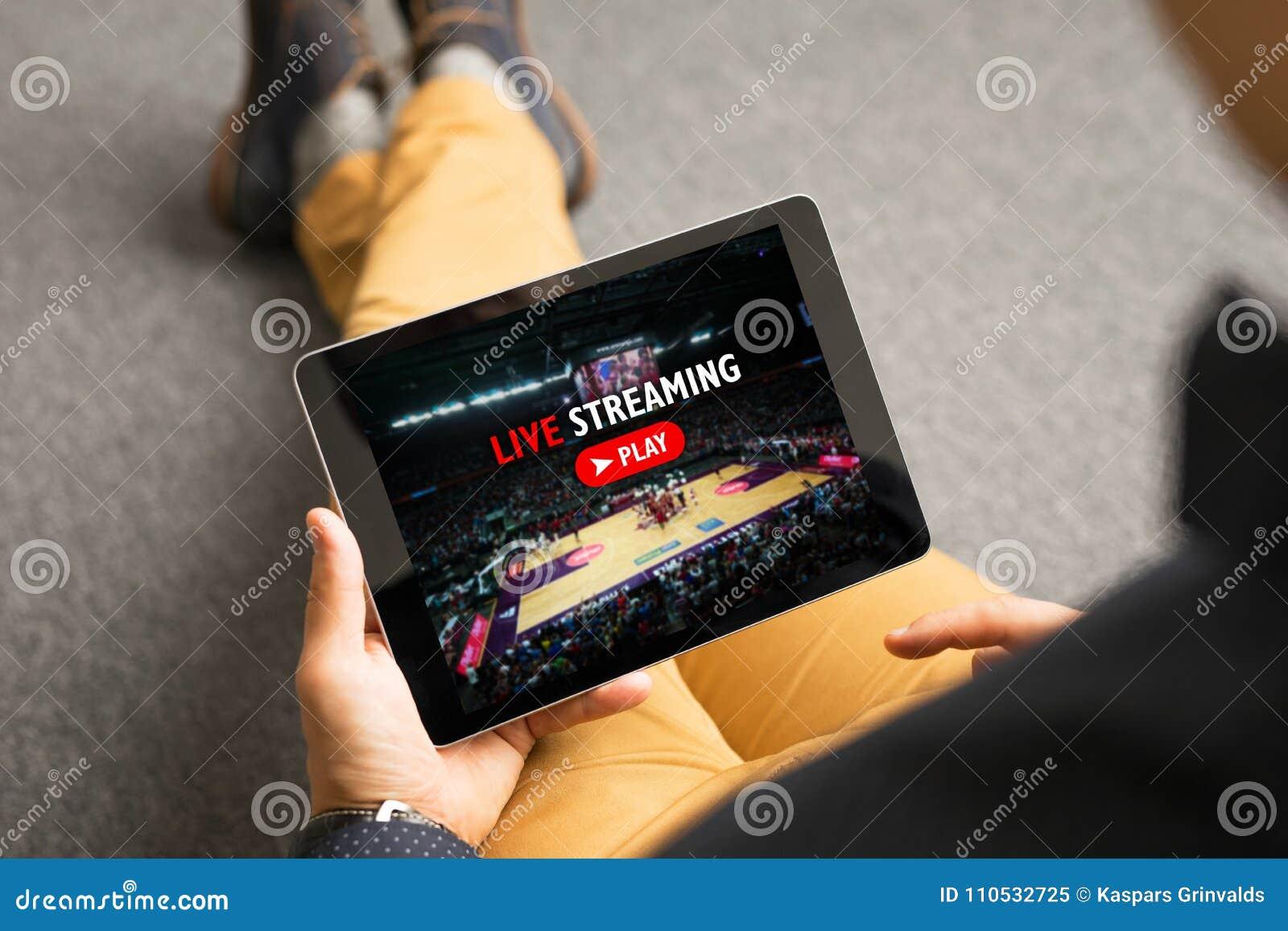 Hållande ögonen på sportar för man på tryckning direkt av online-tjänst