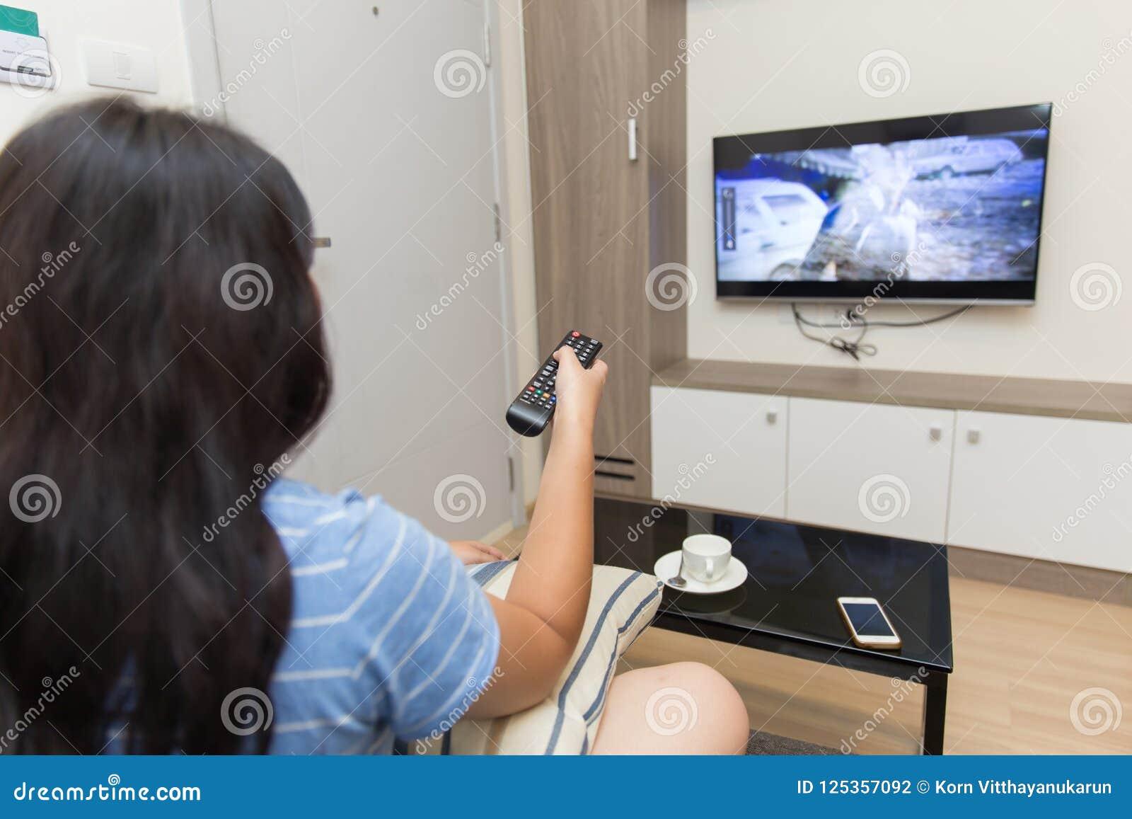 Hållande ögonen på tv för flicka i vardagsrum