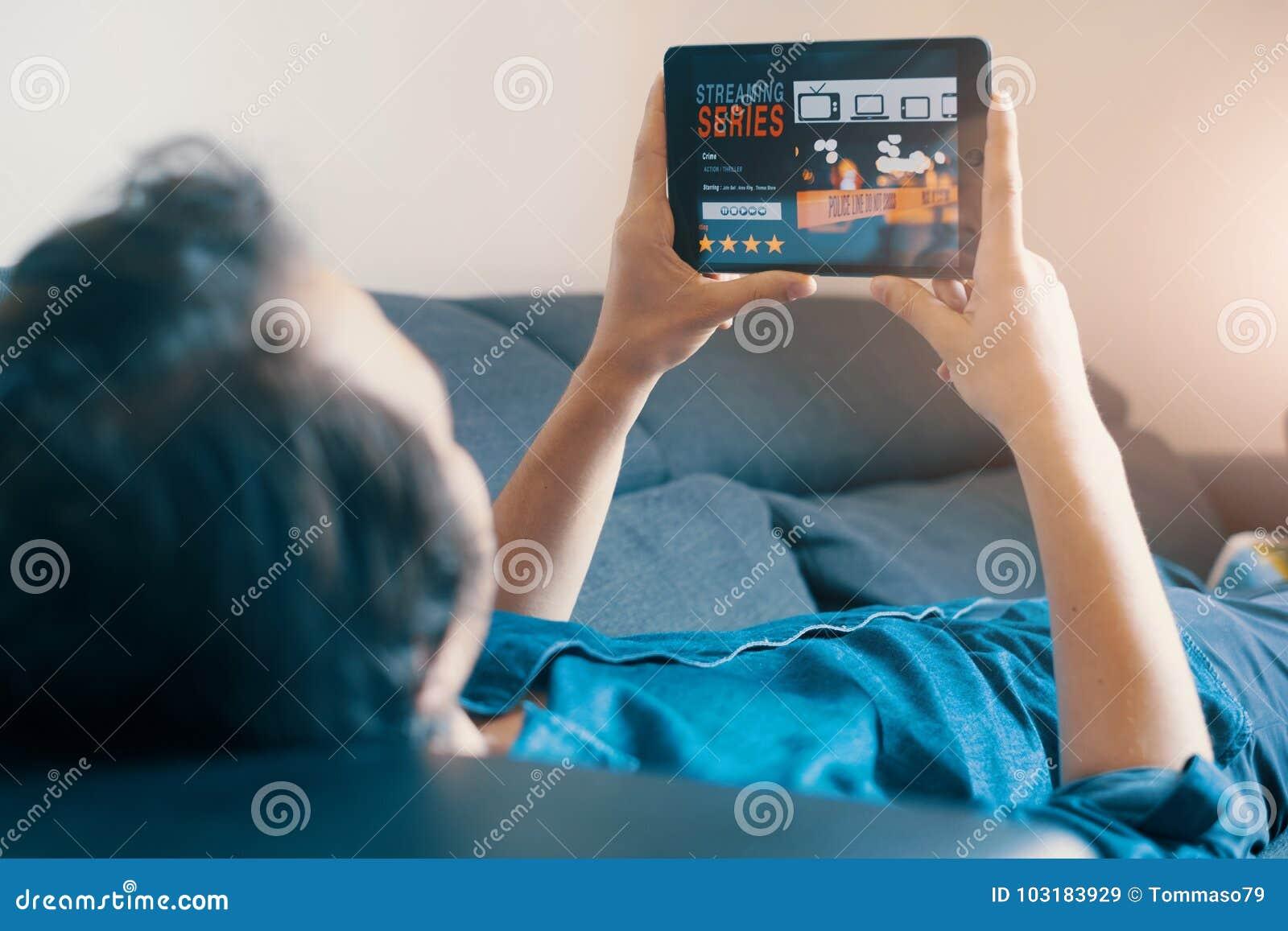 Hållande ögonen på TV-serie för man som ligger på soffan