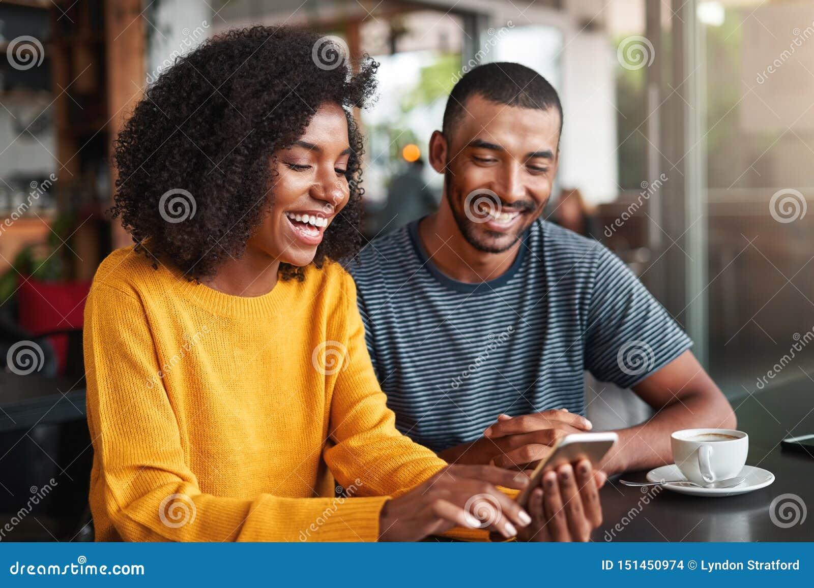 Hållande ögonen på video för unga par på mobiltelefonen
