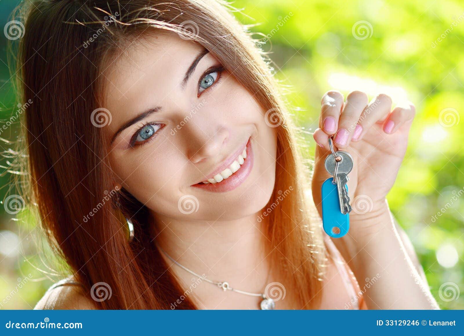 Hållande övre för ung kvinna en uppsättning av tangenter