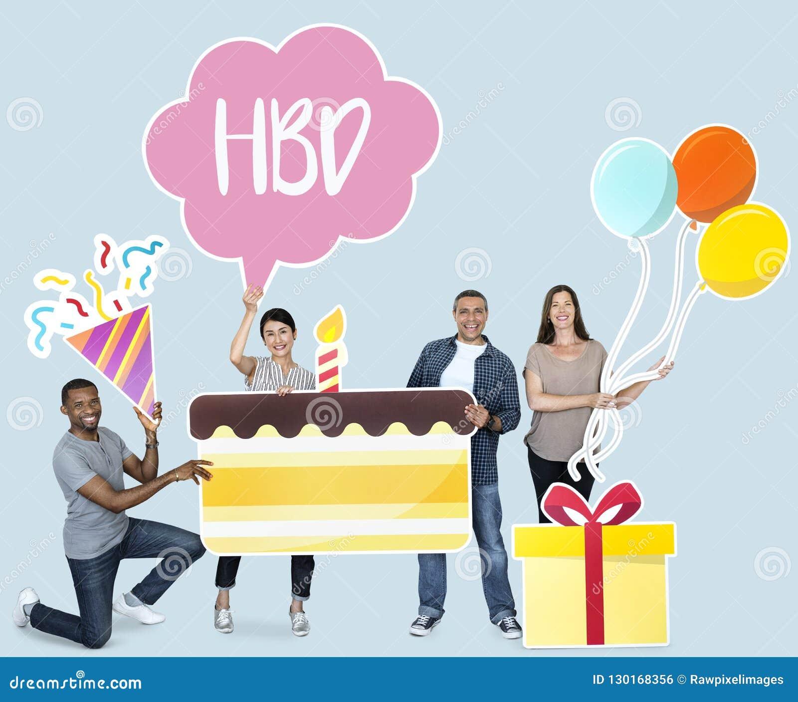 Hållande födelsedagkaka för lyckligt olikt folk