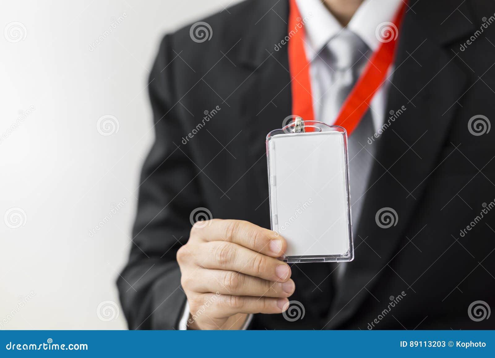 Hållande identitetskort för man