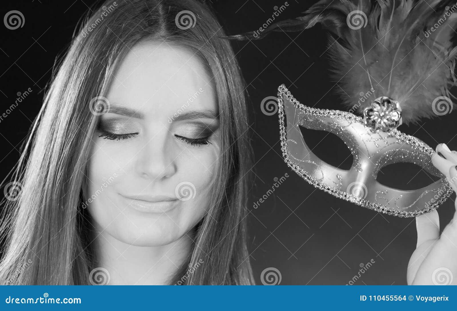 Hållande karnevalmaskering för sinnlig dam