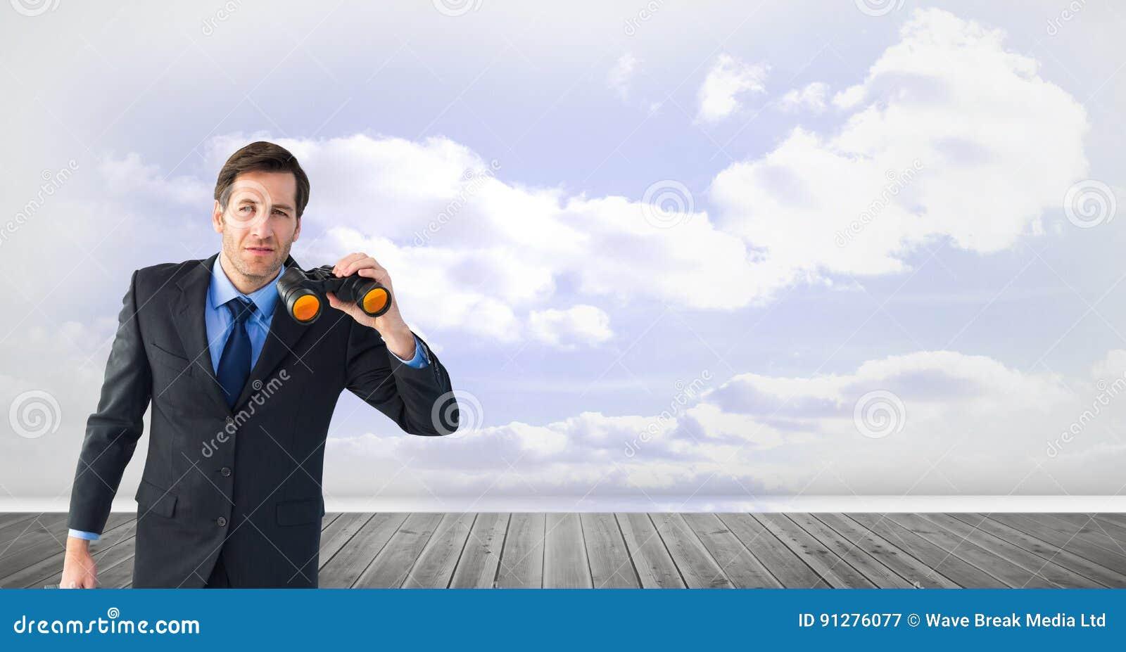 Hållande kikare för affärsman på strandpromenad mot himmel