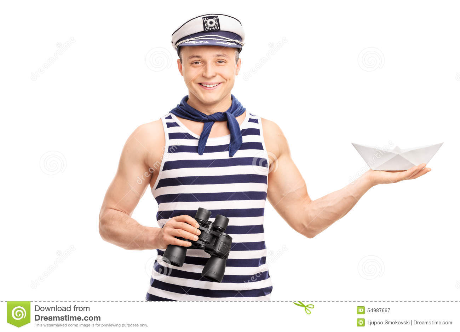 Hållande kikare för sjöman och ett pappers- fartyg