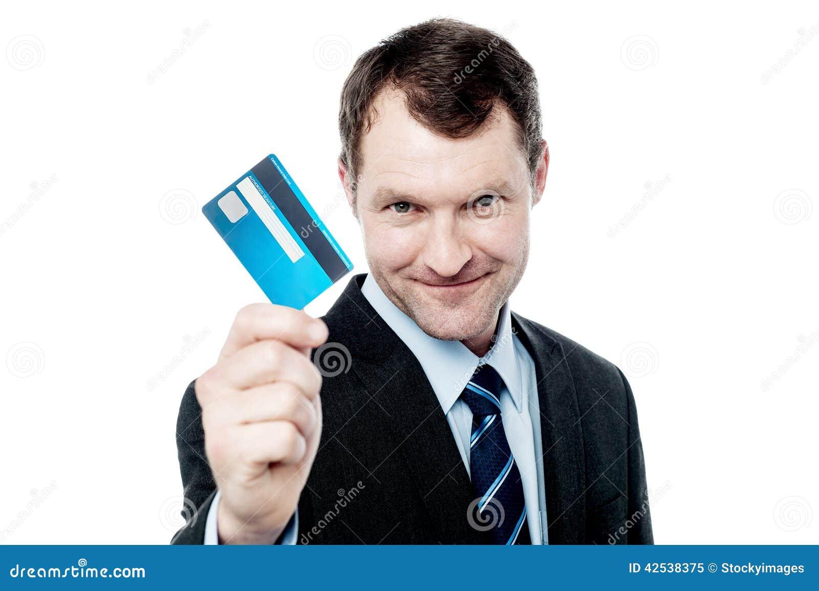 Hållande kreditkort för gladlynt affärsman