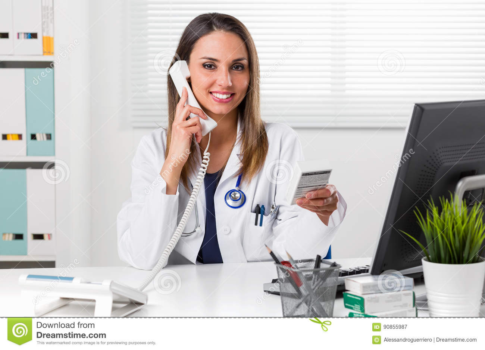 Hållande medicinpaket för kvinnlig apotekare i hand