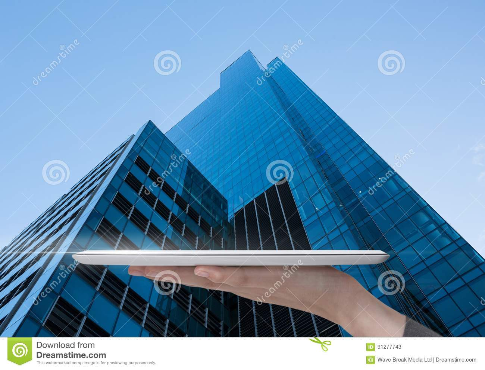 Hållande minnestavla med skyskrapabakgrund