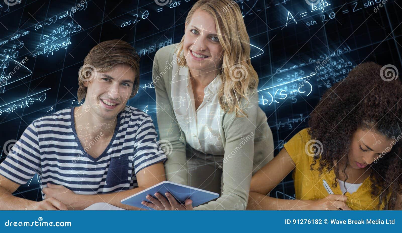 Hållande minnestavlaPC för lärarinna av studenter mot matematiklikställande
