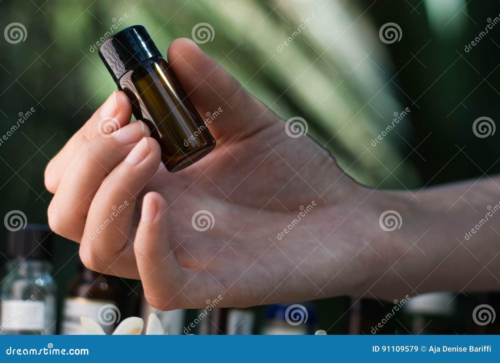 Hållande nödvändig olje- flaska
