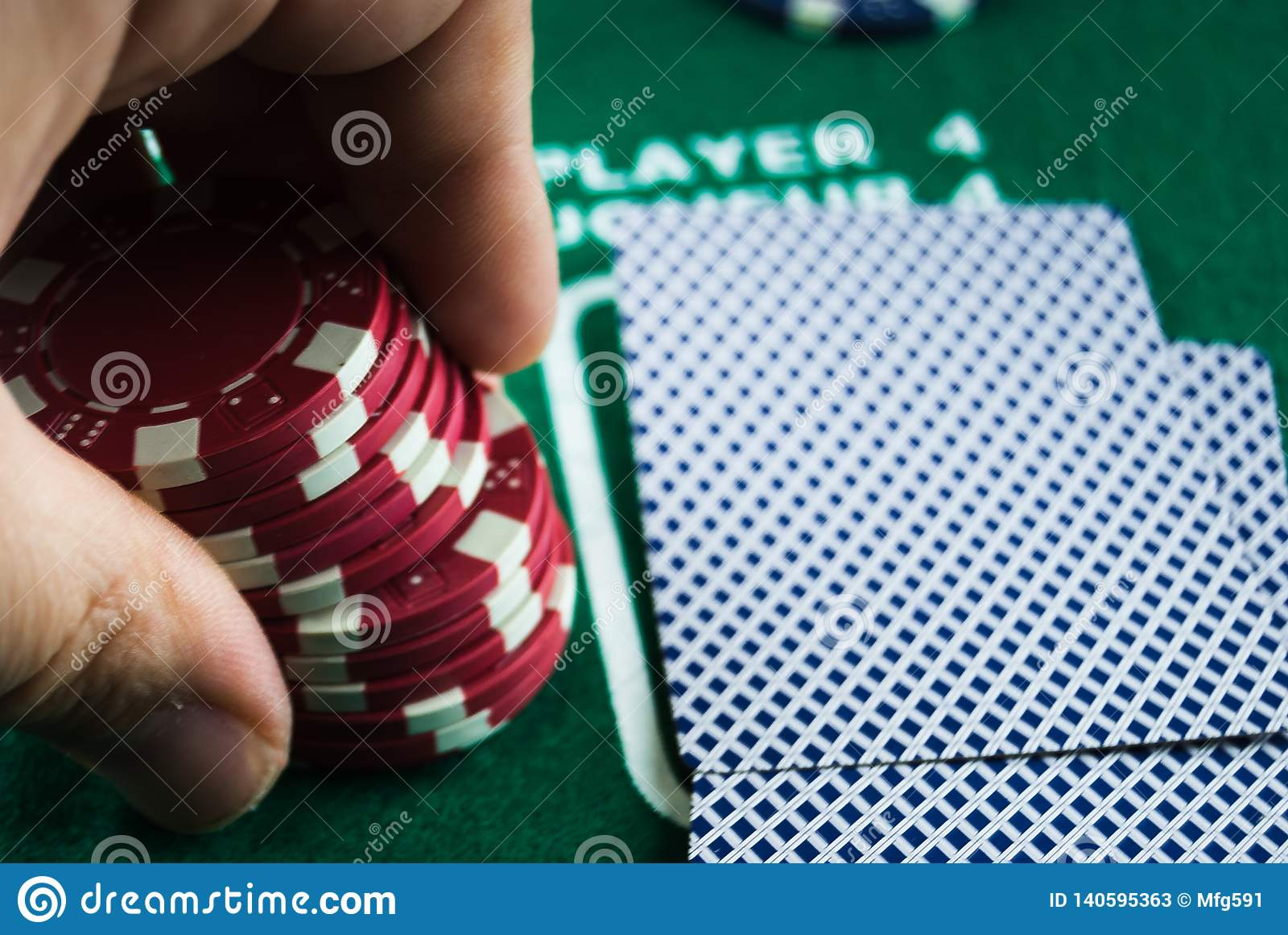 Hållande pokerchiper för hand