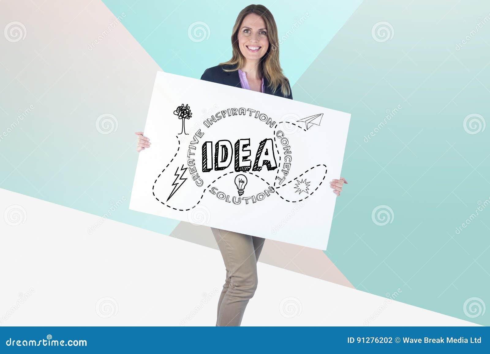 Hållande räkningbräde för affärskvinna med idédiagram på det